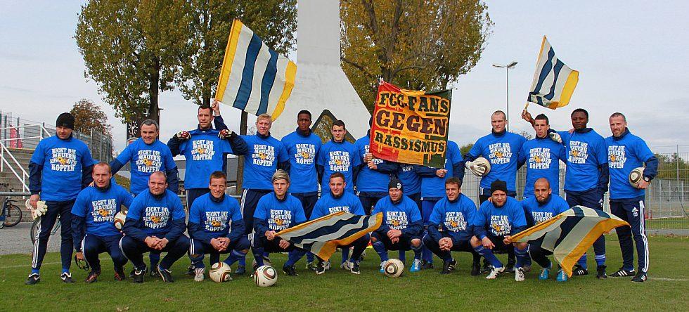 Mannschaft des FC Carl Zeiss in T-Shirts der Hintertorperspektive